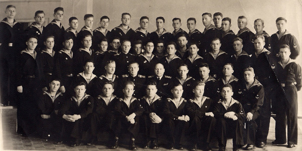 Выпуск 1954 года. Фото сделано сделана 22 апреля 1954 года, когда начальник училища полковник Кошель И.М. увольнялся в запас