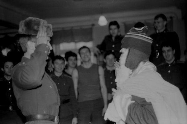 Дежурный А.Голубев встречает Новый 2004г