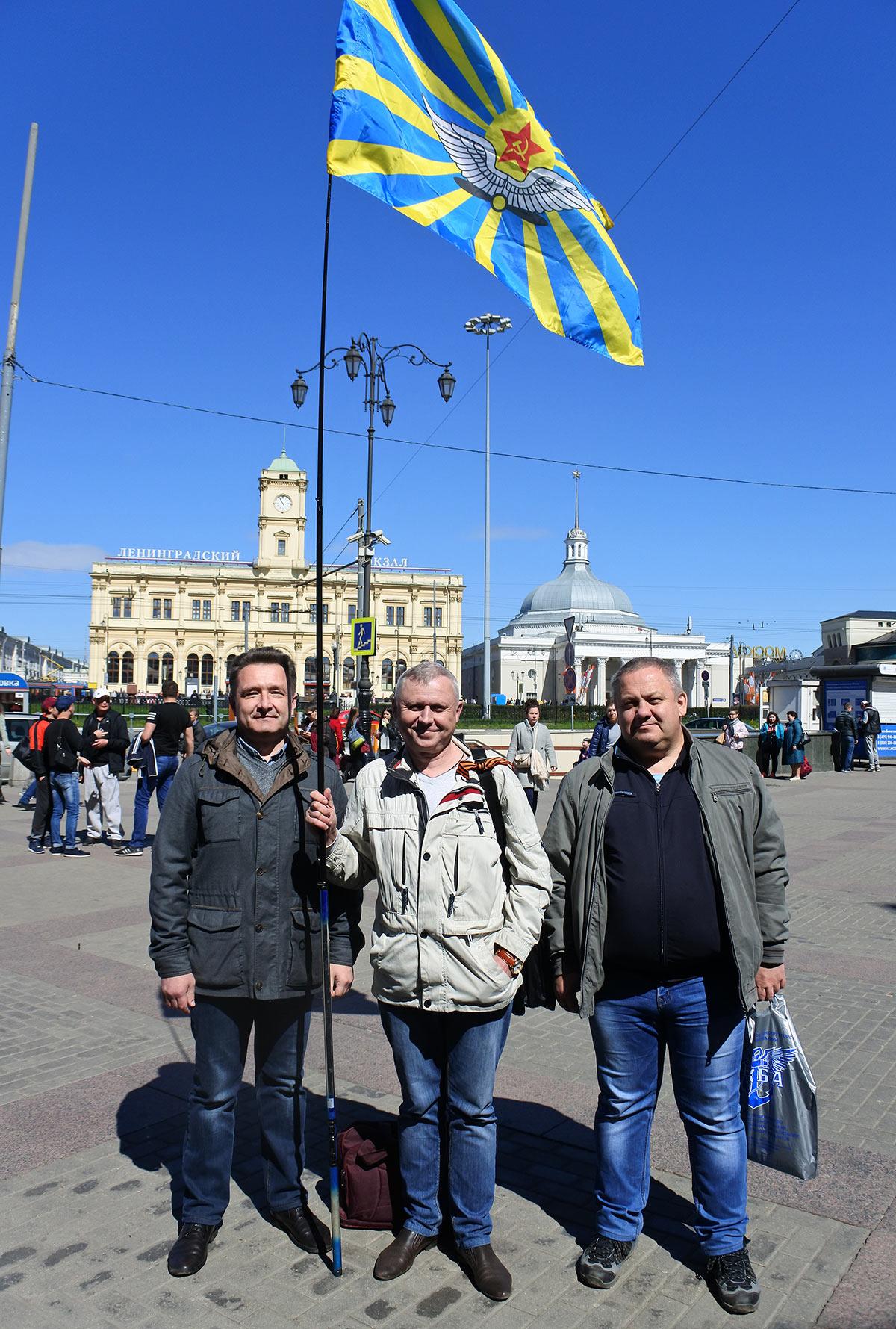 Самые первые к месту встречи подошли: Эдик Прялухин и Саша Епифанов