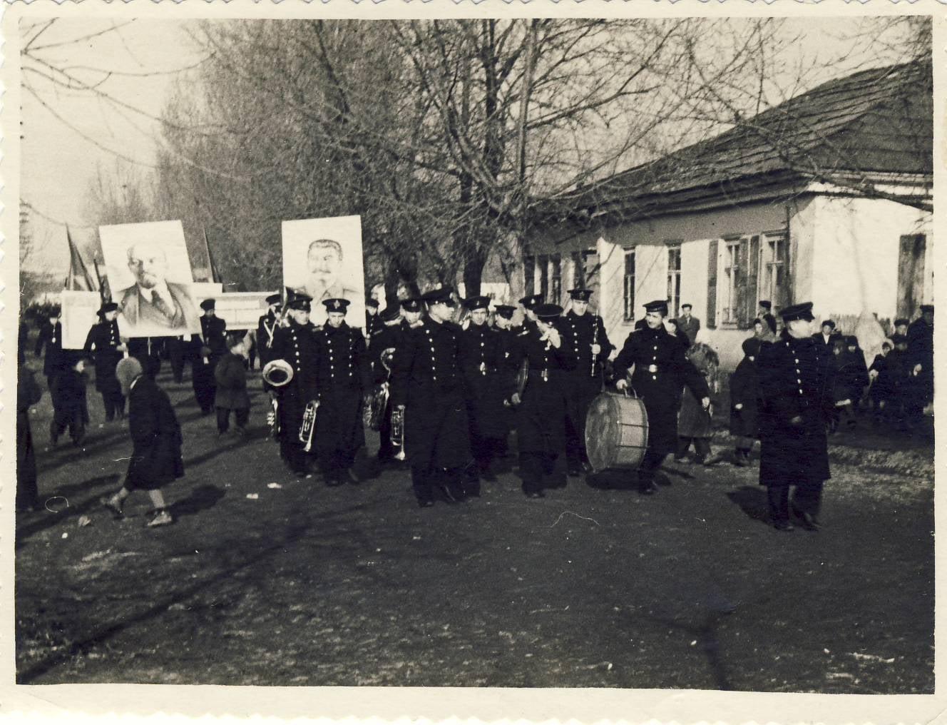 Училище идет на демонстрацию (город Новоград-Волынск)