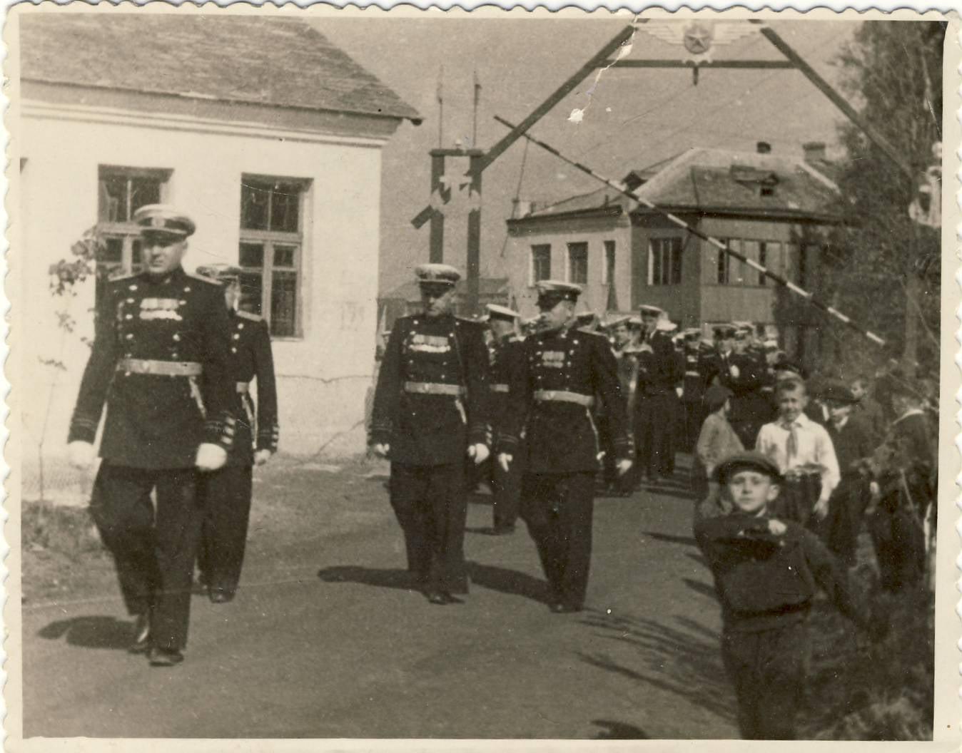 На демонстрацию (город Новоград-Волынск). Впереди полковник Кошель