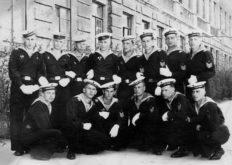 1 мая 1953г г.Новоград-Волынский Украина 3-й курс(выпускной) Военно-морского авиаучилища связи(ВМАУС) Отделение начальников связи авиаэскадрильи Выпускались уже в г.Рига в октябре 1953г.
