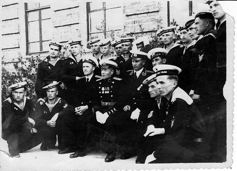 1 мая 1953г. г.Н-Волынский  В центре в кителе(Закрытом)с медалями к-р батальона м-р Бахмацкий По левую руку от него 2-й к-р взвода л-т Фролов Я -выше головы Бахматского