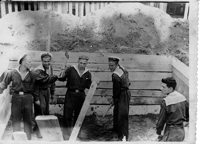 Строительство палатки для жилья. Слева направо  1. Толя Мироненко 2. Мирон Марков(умер) 3.Коля Колтаков 4.Женя Моцный(из Беларуси) 5.Павел Леин( из Ворошиловграда,ныне Луганск. Погиб в 1956г.)