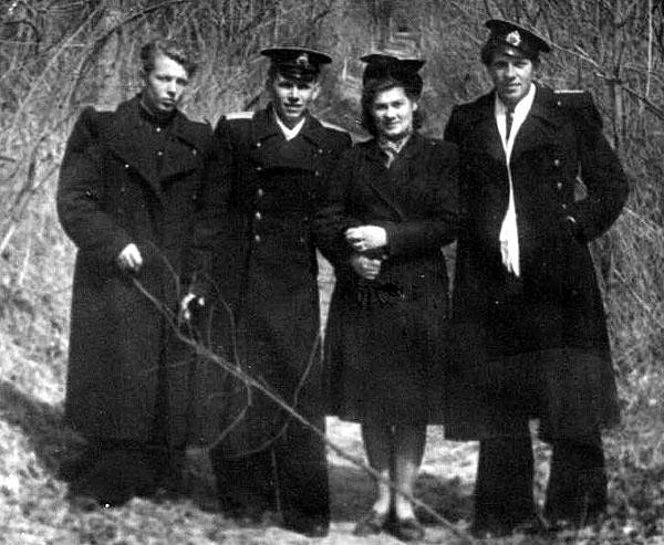 выпускники 1953г,офицеры 51 МТАП (Дунаевка)(слева направо):Анатолий Мироненко,Юрий Трофимов с супругой Лидой,Виталий Самсонов.