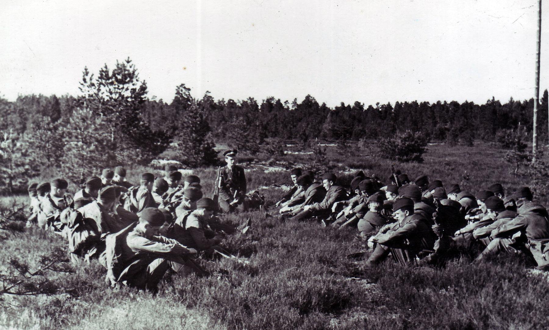 3-й взвод 6-ой роты на тактических занятиях в полевых условиях. Занятия проводит командир взвода к-н Приемко В.С.