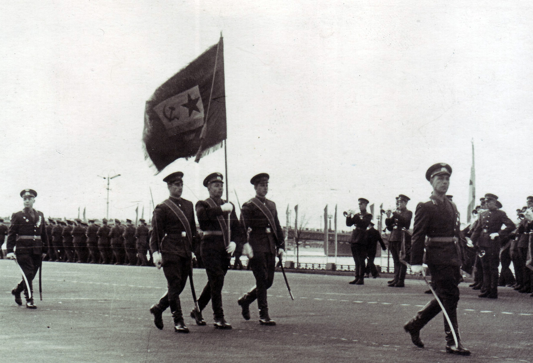 Рига, Комсомольская набережная Парад 1 мая 1962г. Группу знаменосцев возглавляет командир батальона майор Гагарин Ю.И.