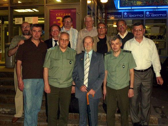 полковник Модэнов Борис Иванович (в центре) и благодарные ученики-Иванов В.В. АО78 (слева),Мараховский И.В.АО91 (справа),Остальные-ученики разных лет-в основном-АО76.Люберцы- июнь 2010 г.