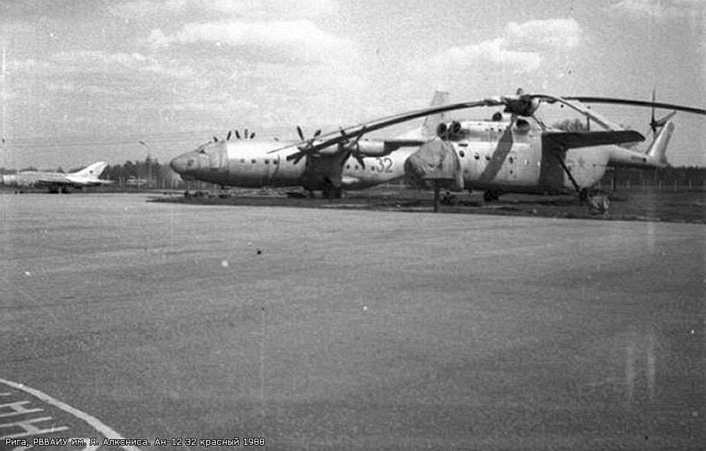 Ан-12 и Ми-6 на аэродроме в Скулте