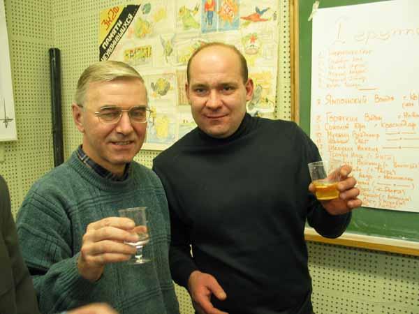 Связь поколений демонстрируют Чернодаров А.В. и Козел Володя. Здесь особенно хорошо видны сохраненная Пашей Цапенко стенгазета и список 1 группы.