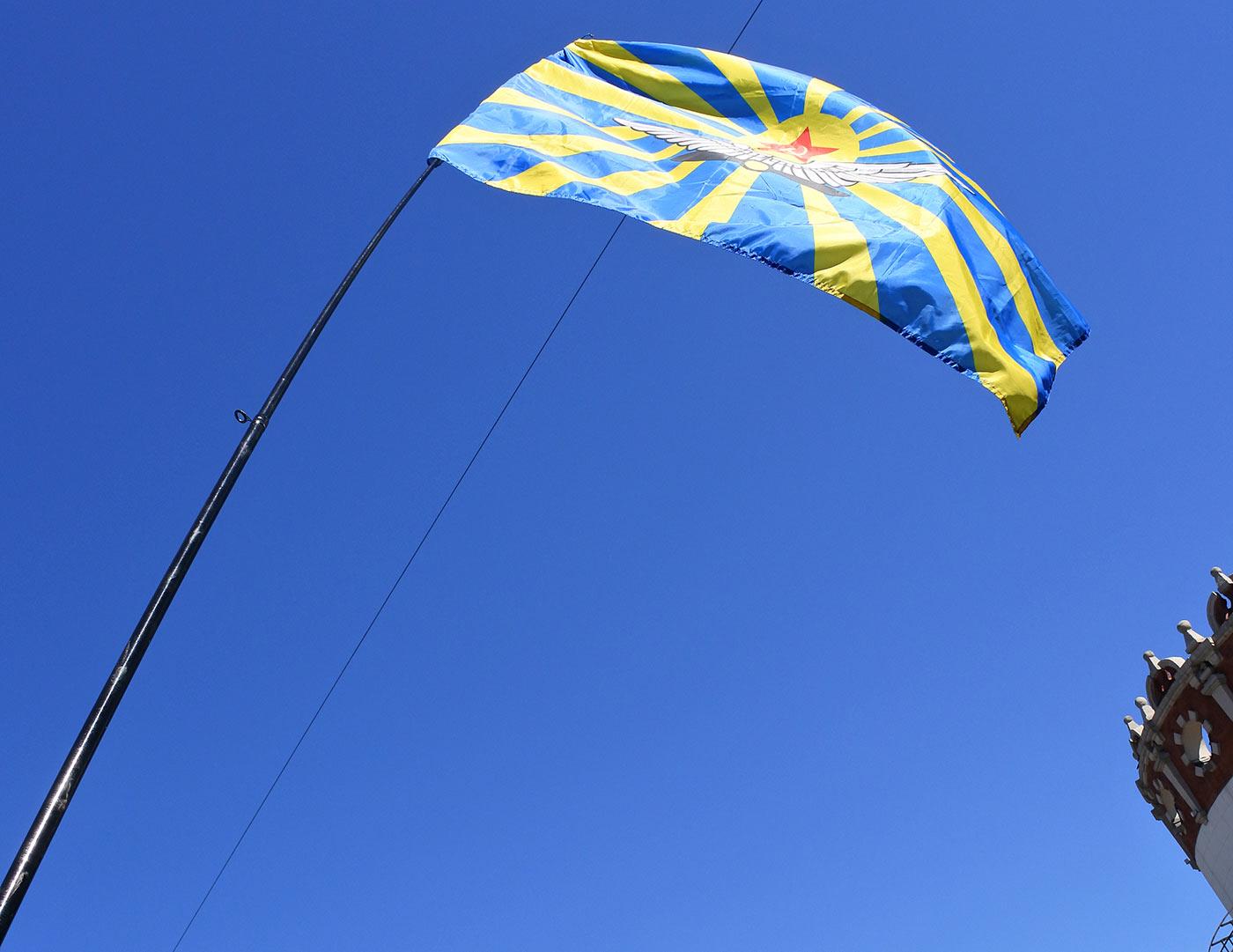 Знамя ВВС развивается над Комсомольской площадью