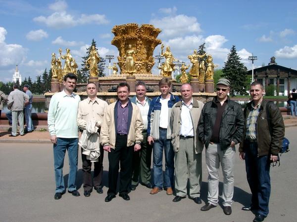 Представители 1-й группы у фонтана