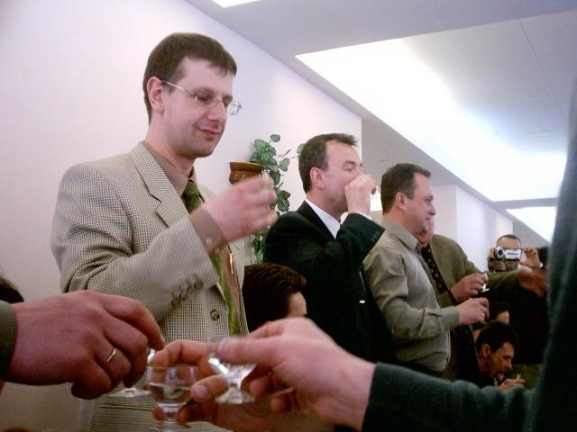 Стоя пьют те, кто сейчас в погонах (а ведь человек 40 из 100 встало…)