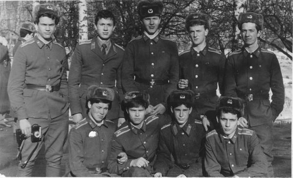 Верхний ряд: Патраков, Кузьмин, Чекменев, я, Игнатовец; нижний ряд: Шалин, Литвинко, Севастьянов, Садольский.