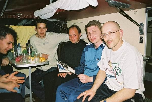 30 апреля, вечер. Рижане еще в поезде начали тренировать здоровье в предверии встречи.