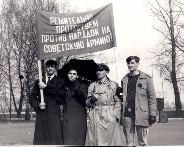 """Фото 90 года перед участием в  митинге """"Интерфронта"""", куда нас посылали в приказном порядке."""