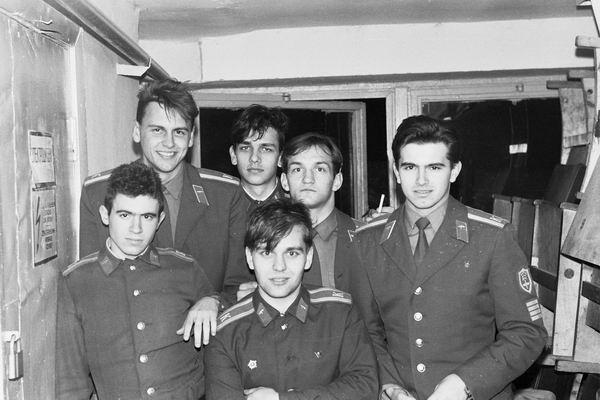 Фото сделано в ДК училища,на фото справа налево Дрон,Агафий,Лара.А вот других не помню(склероз,наверное)1989г.