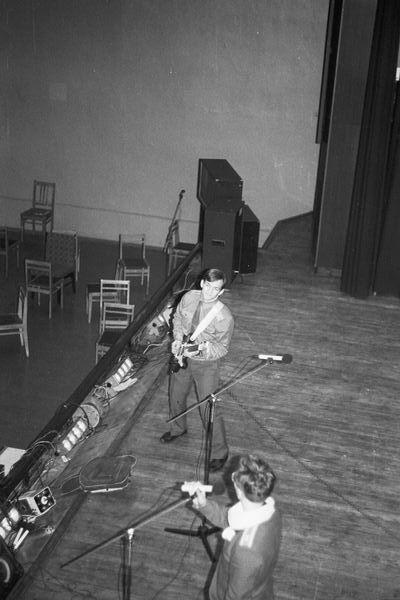 Ларченко вокалирует,Афонченков аккомпанирует.1989г.
