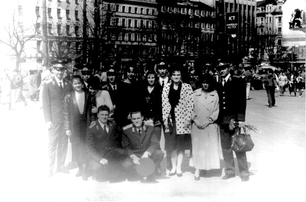 Молодые лейтенанты у памятника Свободы