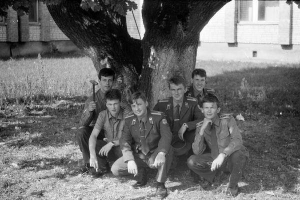 Лето 1992 года. Закончена очередная сессия. Слева направо: Вова Шкабара, Вадик Кривошеев, Рома Мирошниченко, Рома Устиченко, Игорь Харьков, Александр Черноус.