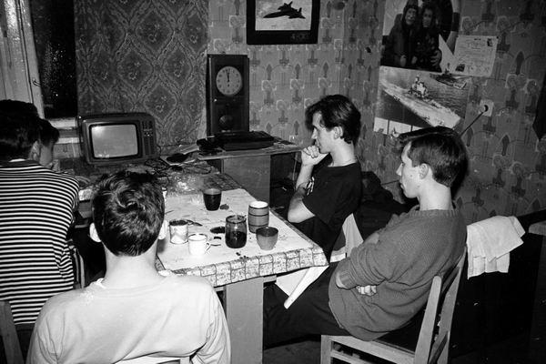 В общежитии. Кино смотрят у Девятайкина в комнате.