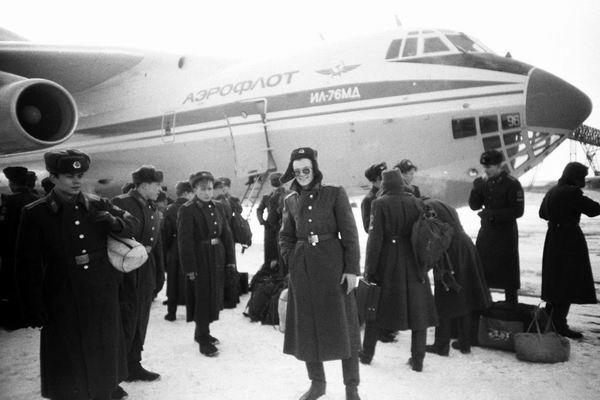 Это я после выгрузки в Иркутске. А сзади Ил-76МД на котором мы летели.
