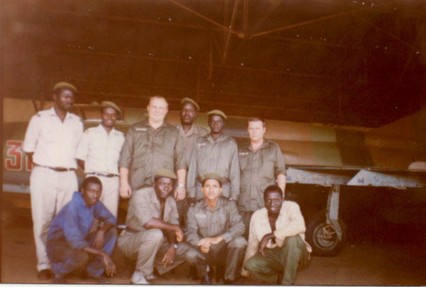 Боцман (Козич Серёга, 3-я гр. 86-го года) среди наших меньших братьев. Гвинея. ТЭЧ авиабазы. Февраль 1995.