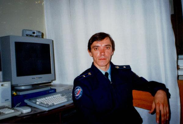 Я после поулчения майора (ещё глаза с бодуна красные) около тренажной рабочей станции SGI Indy.