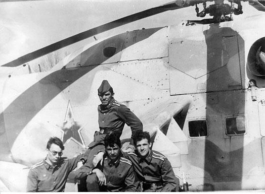 Аэродром Скултэ - на пилоне Ми-24. Ввверху - я (Олег Когород), внизу слева направо: Слава Ильиных, Валера Симонович, Лёха Петрачёнок.