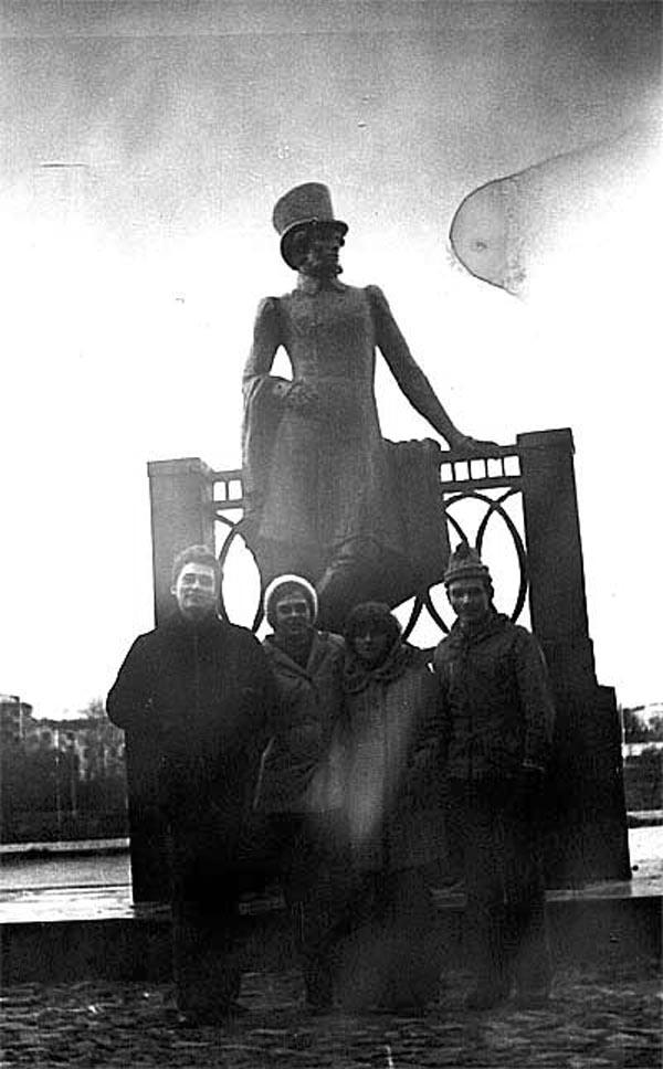 У памятника великому русскому поэту-С.Ненашев и   А.Золкин,персонажи в середине снимка-массовка.