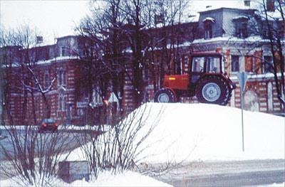 Да, там действительно трактор .... В классах автоподготовки открыли тракторный магазин - МТЗ и Белшина. От Сергея Винярского