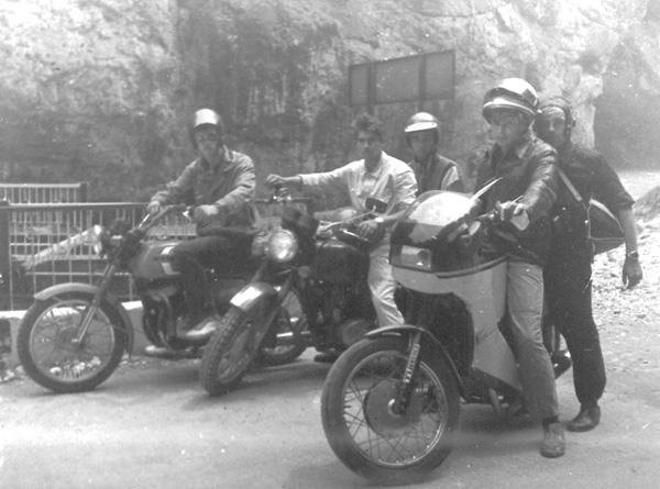 Мотопробег - фото 1988 года, Кабардино-Балкария, Чегемские водопады, на переднем плане - Вадим Ливеренко (СД-  87) и я на мотоцикле конструкции Вадима.