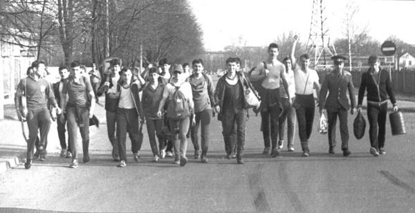 Мы идём из похода - лето, 1985 год, 136 группа во главе с лейтенантом  Петром Злобиновым возвращается по ВСЕМ ИЗВЕСТНОЙ УЛИЦЕ из похода