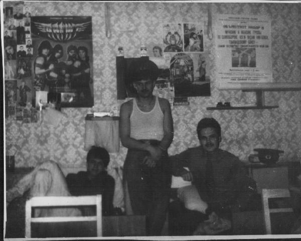 Приблизительно осень 1990г. 5-й этаж новой общаги.  3-я комната справа от входа (окна на Бирюзу). Слева направо: Н.Данченко, В.Волчаренко, В.Попов.