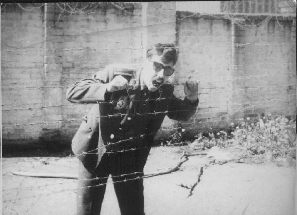 Весна 1992г.  С торца казармы СД, возле курилки -  забор между Бирюзой. Ю.Хохлов
